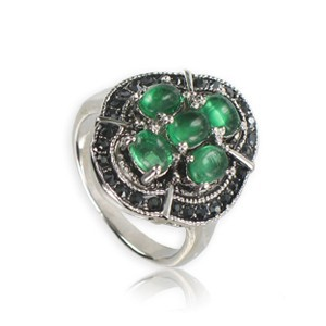 Sortija-Anillo de plata antigua en color verde. Mediano. Con cristales