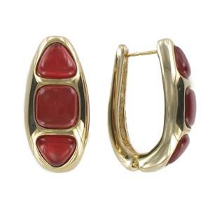 Pendientes de oro en color rojo. Cortos. Con adornos en resina