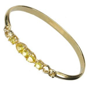 Pulsera de oro en color amarillo. Con circonitas