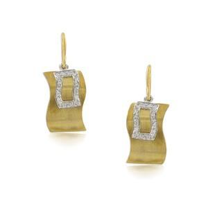 Pendientes de oro en color cristal. Cierre a presión.