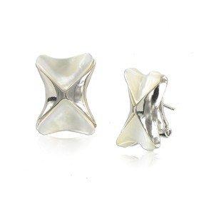 Pendientes de oro blanco en color blanco. Cortos. Cierre tipo omega.